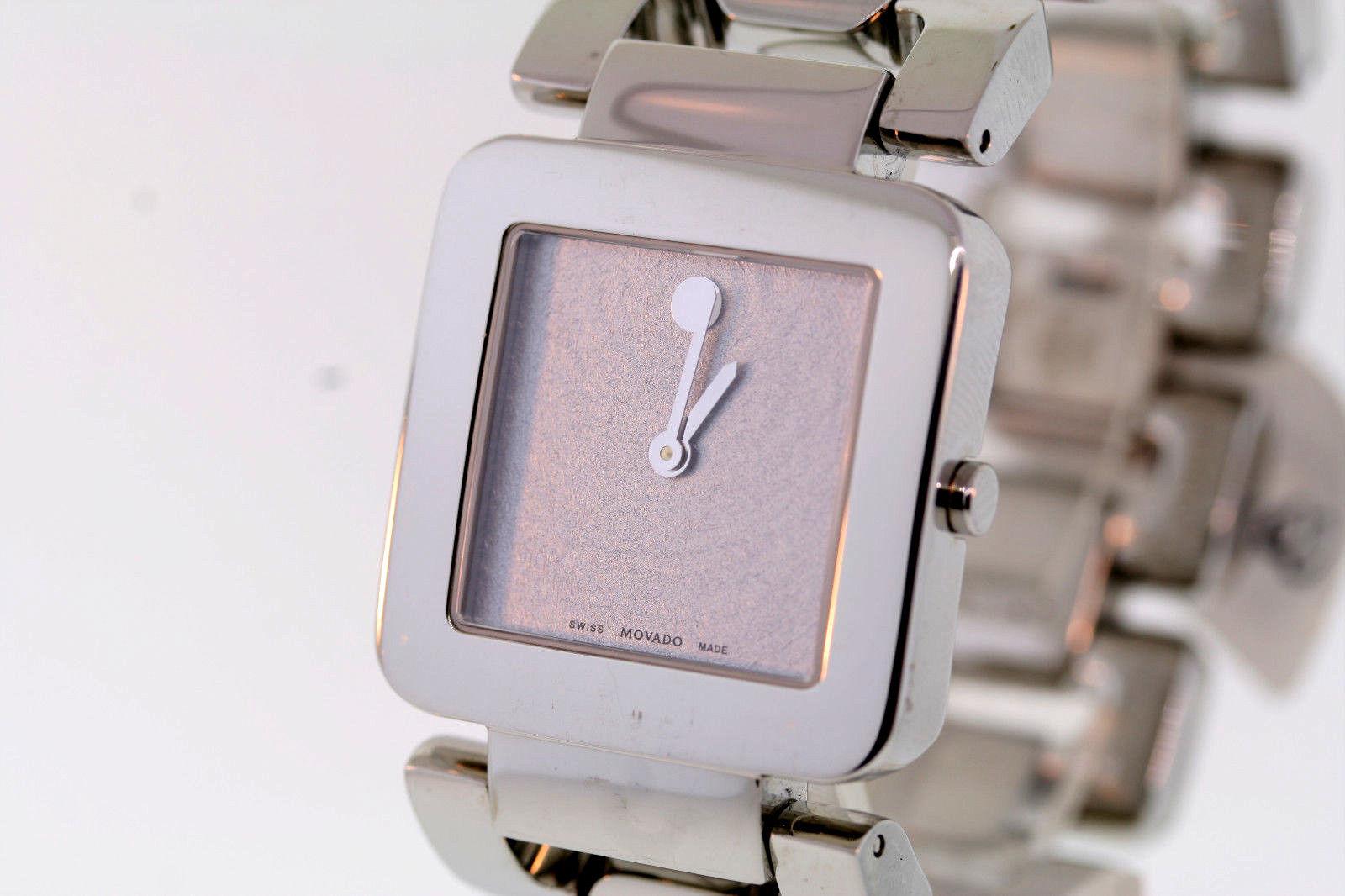 Mẫu đồng hồ mặt vuông sử dụng luôn được lòng các chị em