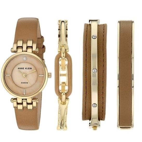 Đồng hồ được thiết kế thành một bộ trang sức độc đáo
