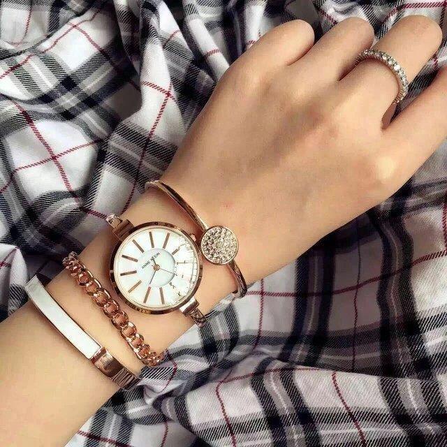 Một set đồng hồ Anne Klein.