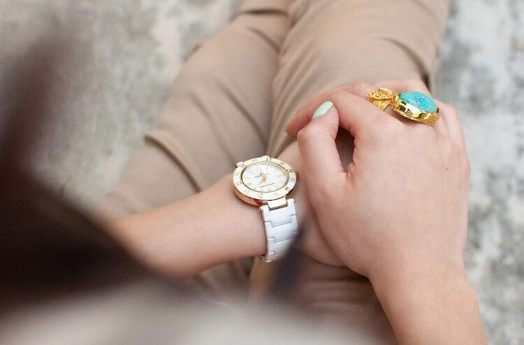 Đồng hồ Anne Klein có mức giá tầm trung