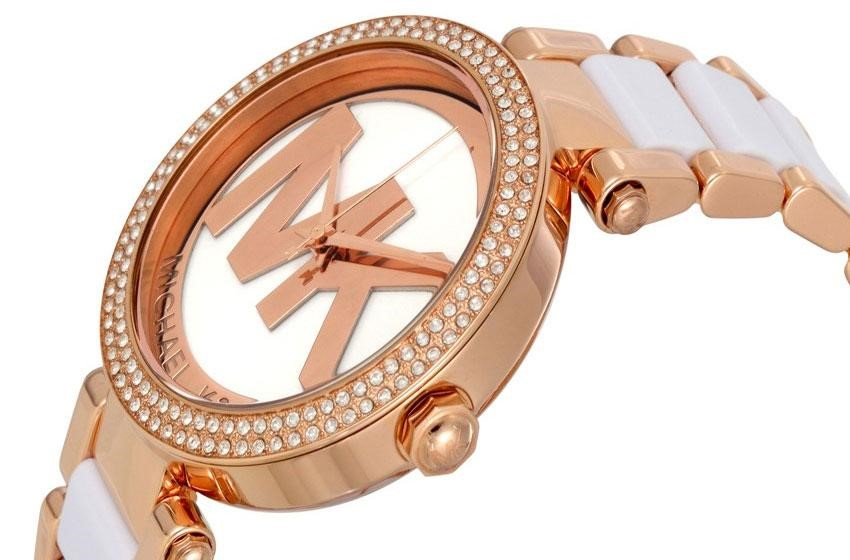 Đồng hồ được làm từ các chất liệu cao cấp