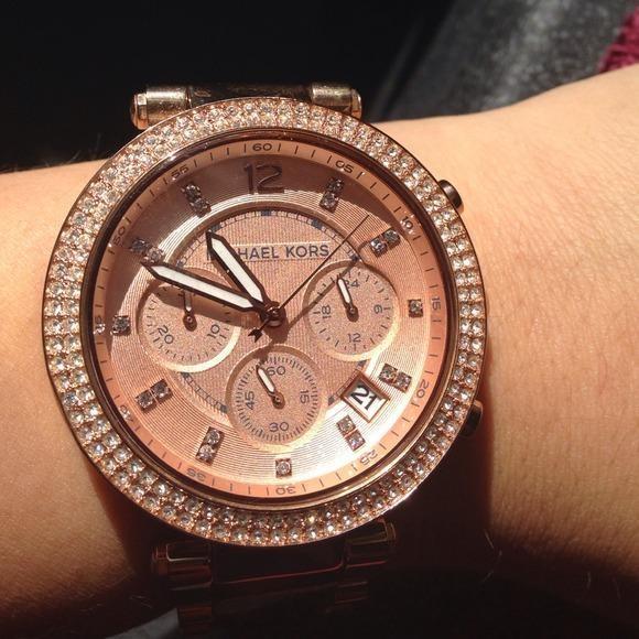 Đồng hồ MK chuẩn được trang trí bằng đá thật 100%